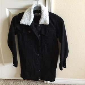 Long denim jacket with fur collar